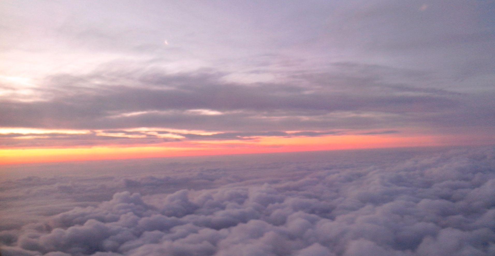 Manque de défaillir quand l'avion décolle, rosée du soleil qui se lève...