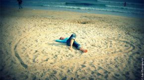 Archive. Quand j'avais dix-sept ans, je m'allongeais avec mon amoureux au milieu d'un coeur dans le sable.